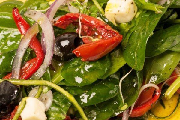 spínat, ólífur, sólþurrkaðir tómatar salat